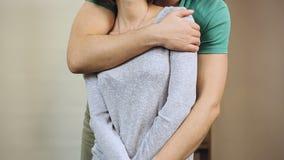 Man starkt och omfamna ömt hans kvinna som visar hans affektion lager videofilmer