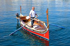 Man steering a Dghajsa water raxi, Vittoriosa. Royalty Free Stock Images