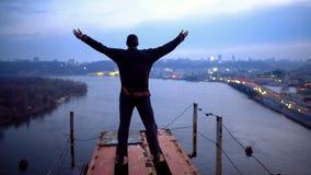 Man stigning hans händer till himmel, känslig frihet och inspiration, motivationmakt royaltyfri foto