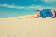 Man suffering from thirst in the desert Royalty Free Stock Images