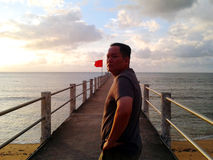 Man sulla spiaggia, isola di Tioman del molo Immagine Stock