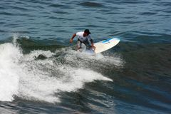 Man surfing the waves Tanah lot complex Royalty Free Stock Photos