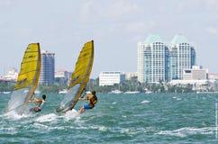 Man surfingfinaler på världsseglingen för 2013 ISAF kuper i M Arkivbilder