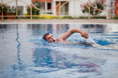 Man swimming in pool Royalty Free Stock Photography