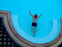 Man swimming in a pool Stock Photography