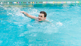 Man swimming in pool Royalty Free Stock Photo