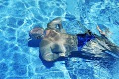 Man swimming underwater Royalty Free Stock Photos