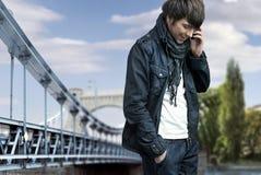 Man talking over cellphone Royalty Free Stock Photos