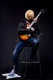 Man - tecken för anime för gitarrspelare cosplay Arkivbilder