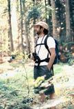 Man till och med skogen Fotografering för Bildbyråer