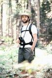 Man till och med skogen arkivfoto