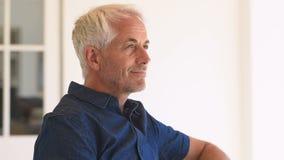 man tillfredsställd pensionär lager videofilmer