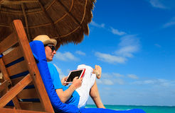 Man with touch pad on the beach Royalty Free Stock Photos