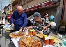 Man traditionell hemlagad bakelse för köpet som kallas gomleze under det festivalPrespa äpplet som väljer 20 Royaltyfria Foton