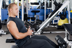 Man on training apparatus in club Royalty Free Stock Photos