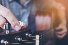 Man tuning guitar Royalty Free Stock Photos