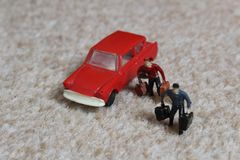 Man två med den röda bilen royaltyfria bilder