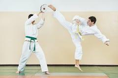 Man två på Taekwondo övningar Royaltyfri Foto