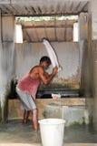 Man tvagningtvätterit på fortet Cochin på Indien Arkivfoton