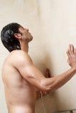 Man under duschen Fotografering för Bildbyråer