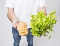 Man upp hållande sallader och strikt vegetarianpajen, slut Begrepp Superfoods Fotografering för Bildbyråer