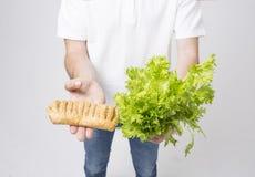 Man upp hållande sallader och strikt vegetarianpajen, slut Begrepp Superfoods Arkivbilder