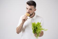 Man upp hållande sallader och strikt vegetarianpajen, slut Begrepp Superfoods Arkivbild