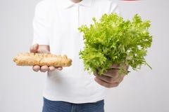 Man upp hållande sallader och strikt vegetarianpajen, slut Begrepp Superfoods Arkivfoton