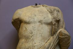 Man upp statyn av den Greeko romaren på det egyptiska museumslutet Arkivbild