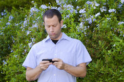 Man upset on a smartphone. Royalty Free Stock Images
