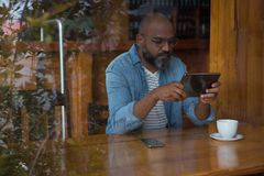 Man using digital tablet in caf Royalty Free Stock Photos