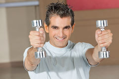 Man using dumbbells in fitness Royalty Free Stock Photography