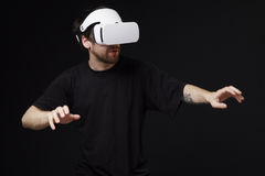 Man using virtual reality headset Royalty Free Stock Images