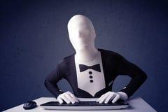 Man utan identiteten som arbetar med tangentbordet på blå bakgrund Royaltyfri Fotografi