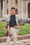Man utanför Cavalli modeshower som bygger för Milans Womens modeveckan 2014 Royaltyfri Foto