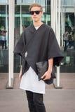 Man utanför Jil Sander modeshower som bygger för Milans Womens modeveckan 2014 Arkivfoto