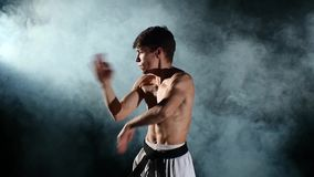 Man utbildande Taekwondo eller karate med ett naket lager videofilmer