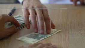 Man utbyte av dollar för ryssrubel i banken, marknad för utländsk valuta stock video