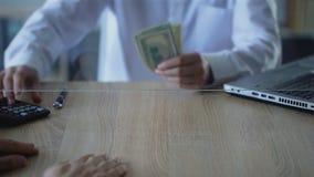 Man utbyte av dollar för ryssrubel, valutatransaktionen, changerservice stock video