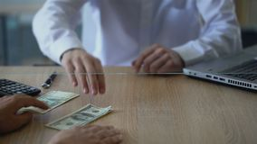 Man utbyte av ryssrubel för dollar, valutatransaktionen, changerservice arkivfilmer