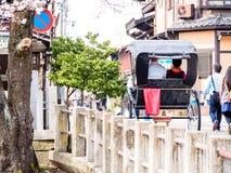 Man vagnen i Takayama den gamla staden, Japan royaltyfri fotografi