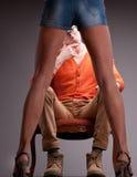 Man van tussen benen van vrouw wordt gezien die Royalty-vrije Stock Afbeelding
