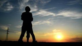 Man vergaderingsvrouw op de straat in zonsondergang en groet haar met een warme handdruk stock video