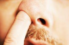 Man vinger in neus Royalty-vrije Stock Foto's
