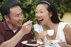 Man Voedende Vrouw een Stuk van Cake Royalty-vrije Stock Afbeelding