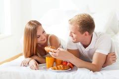 Man voedende vrouw met croissant Stock Foto's