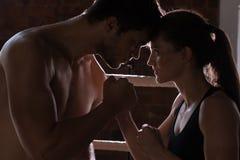 Man vrouw opleidingsgymnastiek het in dozen doen de gemengde vechtsporten F van de mmaring stootkussens Royalty-vrije Stock Foto's