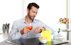 Man waiting for woman late to date Royalty Free Stock Photo