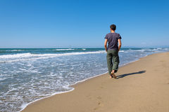 Man walking on the beach Royalty Free Stock Photos