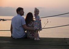 Man Wampanoag och flickan på stranden - familj Arkivbild